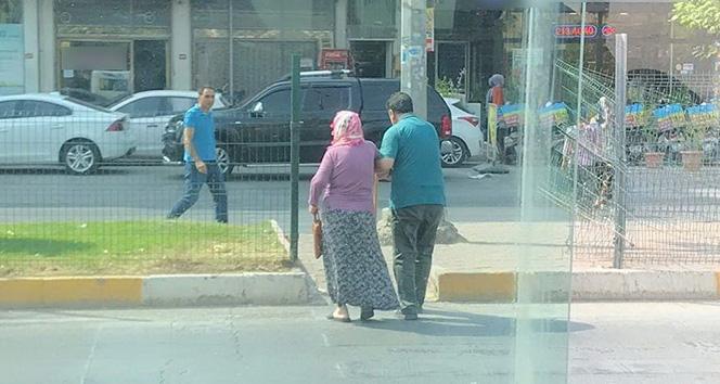 Minibüsünü bırakıp yaşlı yolcusunun yardıma koştu