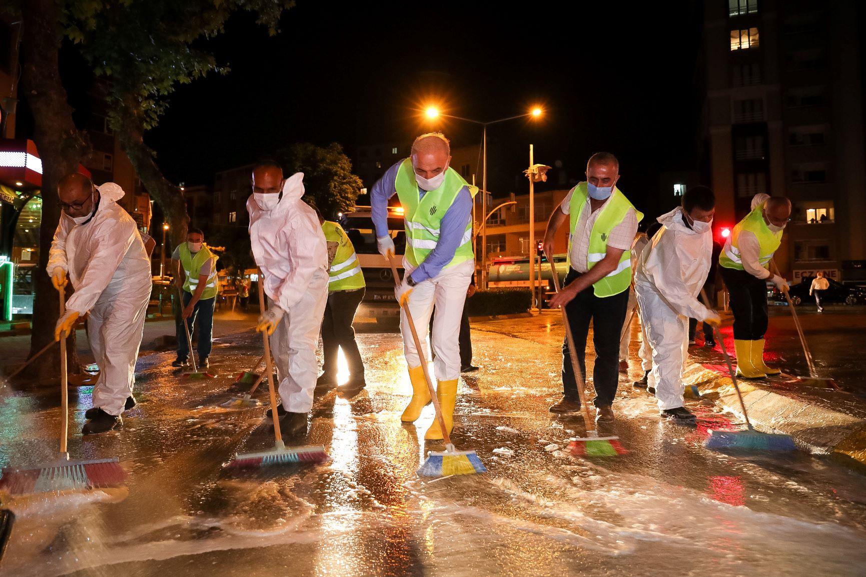 Temizlik İşçileri ile Caddeyi Temizledi