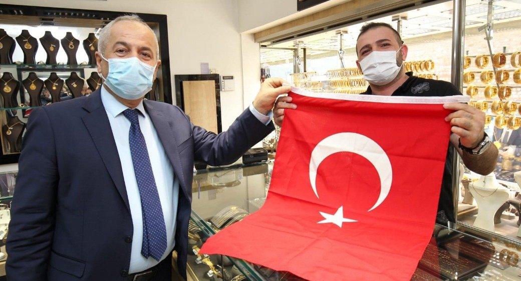 Başkan Büyükgöz Esnafa Türk Bayrağı Hediye Etti