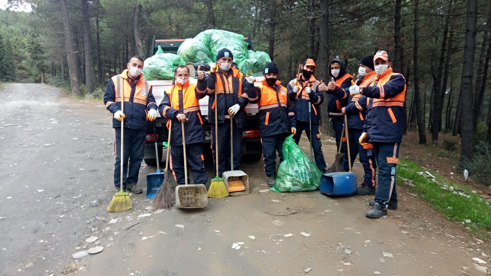 Aydos Ormanı'nda bir kamyon çöp topladılar