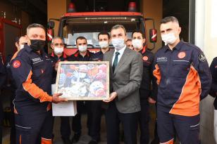 Başkan Ahmet Cin'den kahraman itfaiyeciye plaket