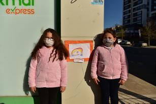 7 ve 9 Yaşındaki Kardeşler Tuzla Sokaklarına Koronavirüs Afişi Asıyor