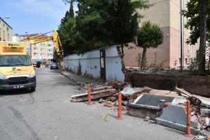 Risk taşıyan bahçe duvarı yenileniyor