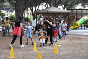 Çocuklar eğitmenler eşliğinde spor yapıyor, oyun oynuyor